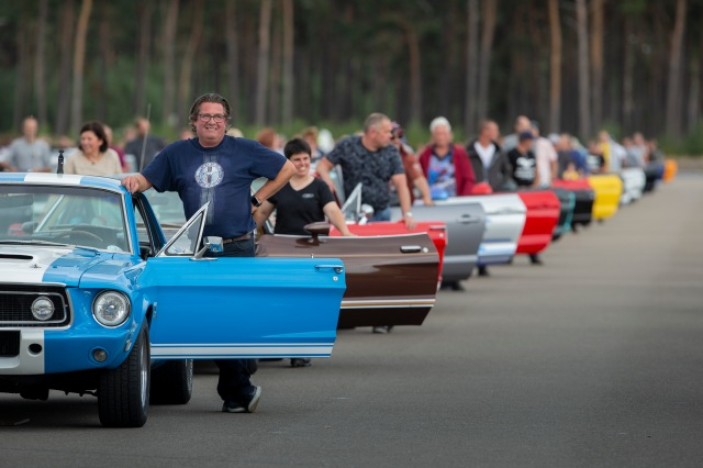 World Record of 1001 Ford Mustangs in a parade