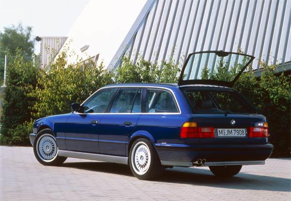 Le premier break sorti des ateliers M est la génération E34 de la série 5, en 1992. C'est la dernière M assemblée à la main dont 891 exemplaires ont été assemblés jusqu'en 1995.